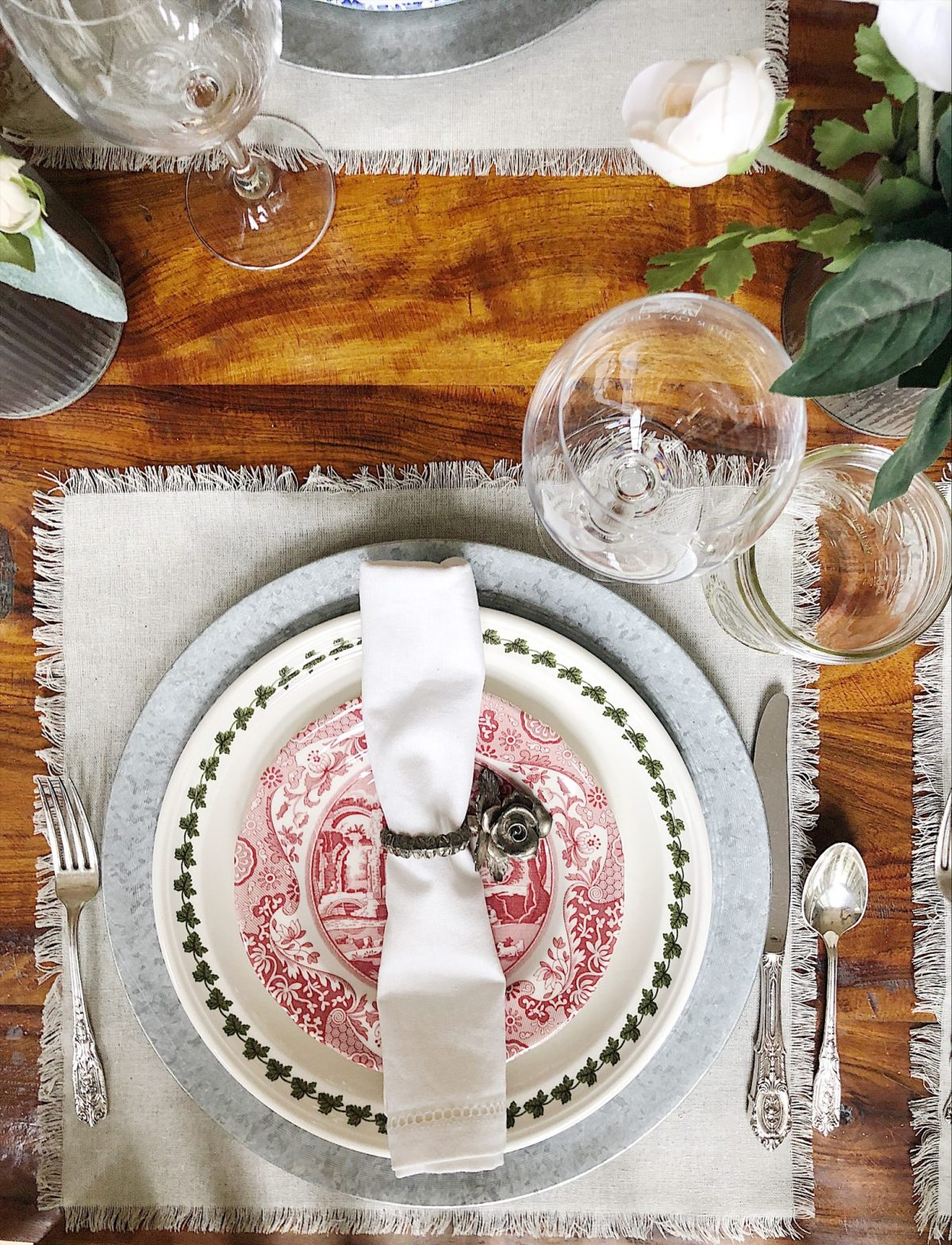 How to set a thanksgiving table for a crowd