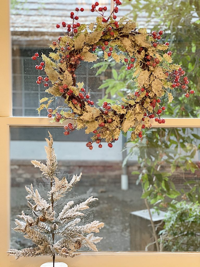 berry wreath i wondow