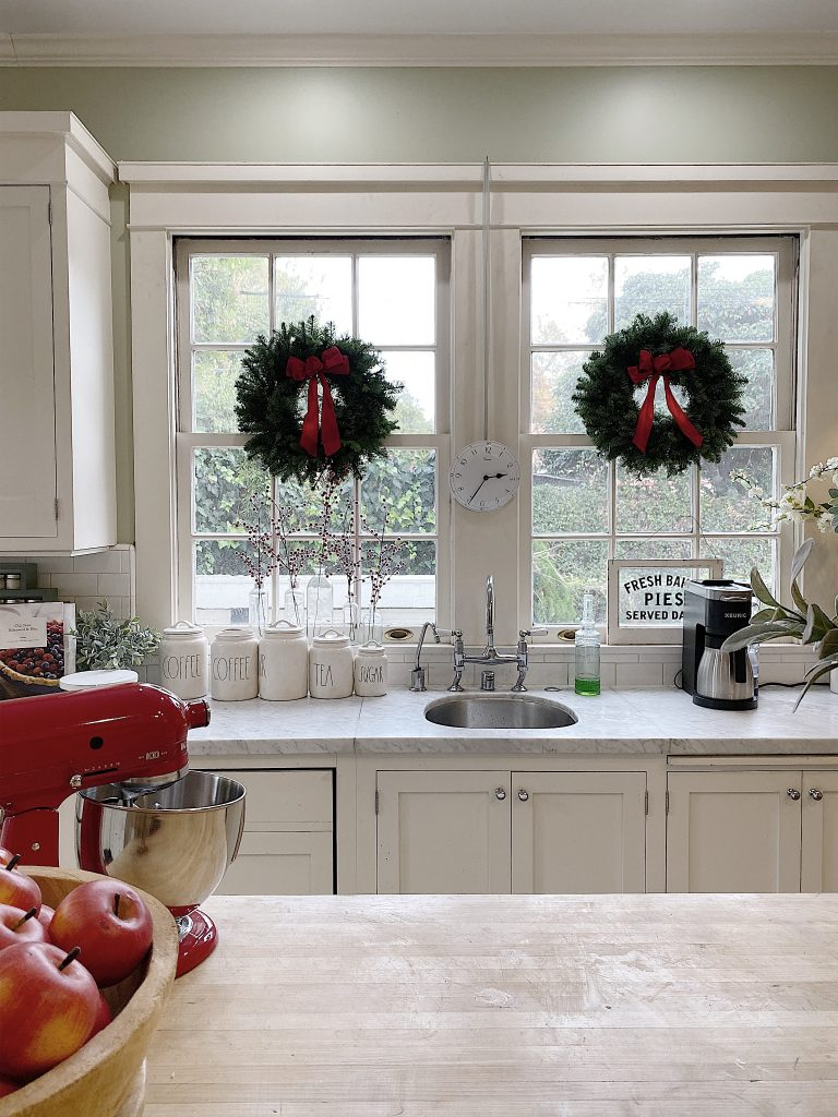 decirating the kitchen for the holidays