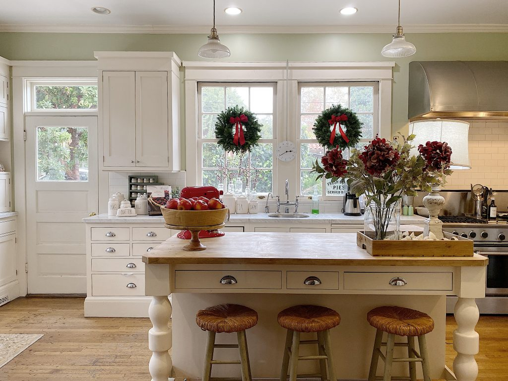 holiday house tour in the kitchen