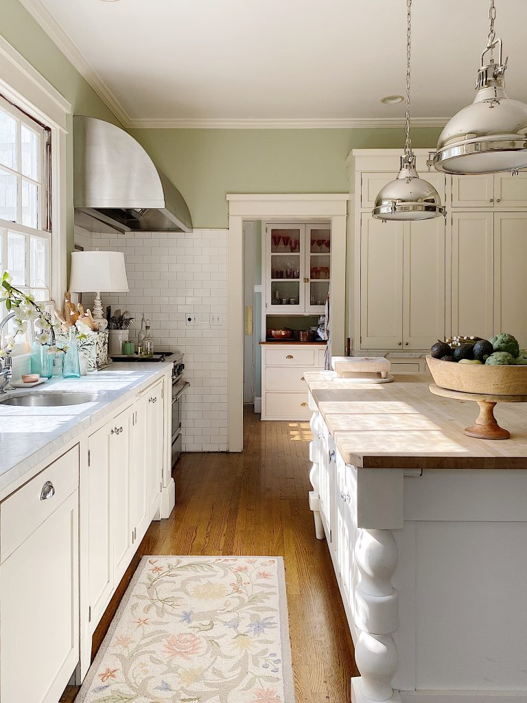 How to Decorate a Summer Kitchen