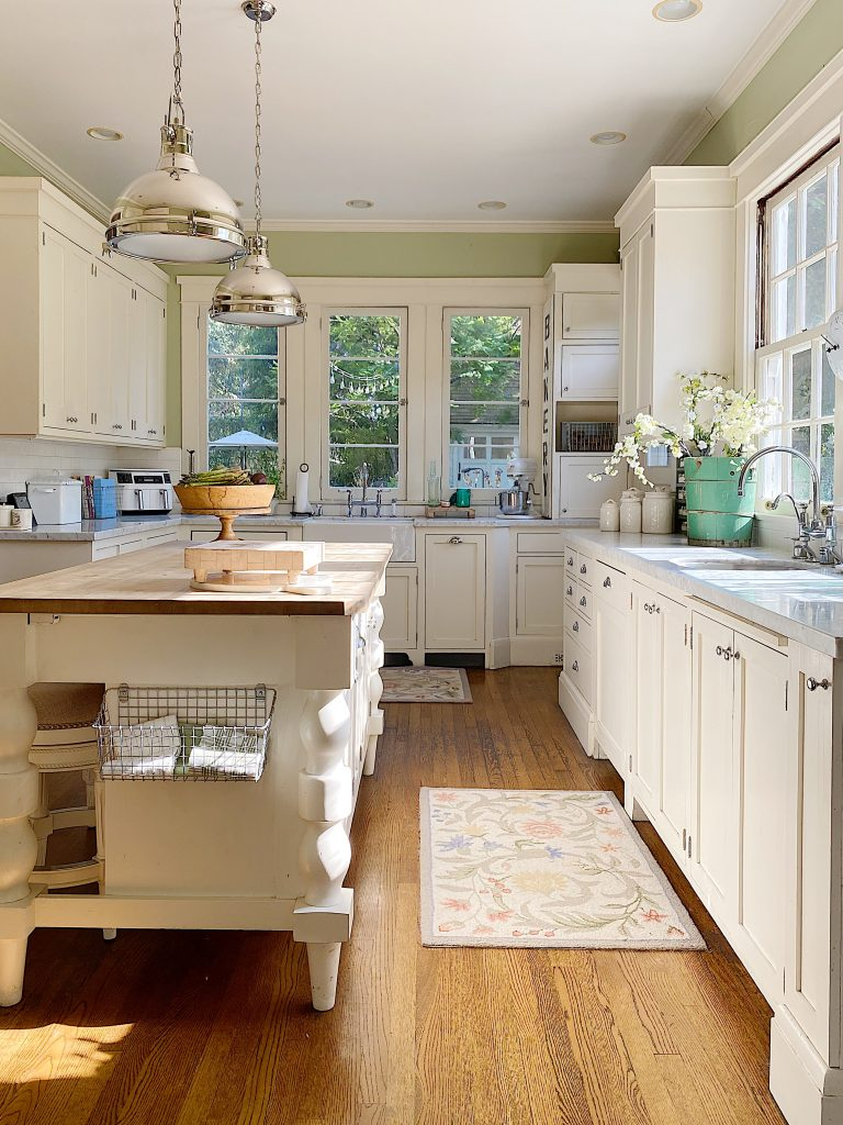 How to Decorate a Summer Kitchen with New Lighting